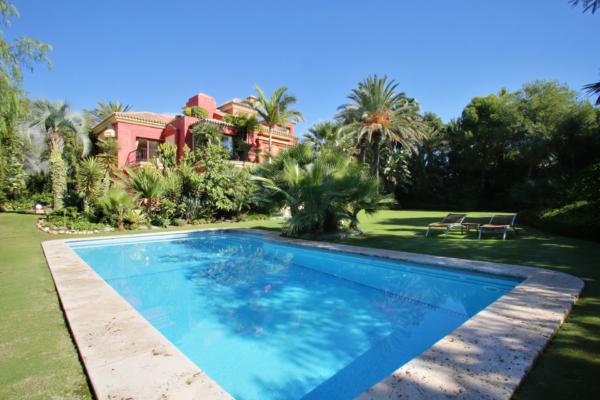 5 Sovrum, 5 Badrum Villa Till Salu i Altos de Puente Romano, Marbella Golden Mile